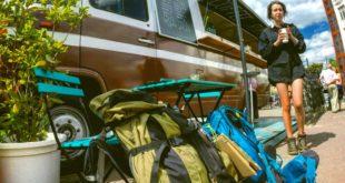 Wie Zelt am Rucksack befestigen